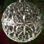 серебристые украшения на елку