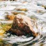 камень в воде